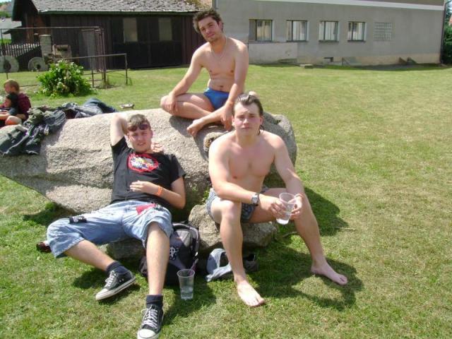 Kousek od hospody byl rybník, tak jsme ho ozkoušeli v horkém letním dni