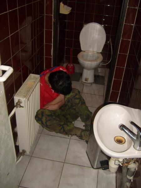"""Hollátko trochu přebral a skončil """"čirou náhodou"""" na dámských záchodcích :-D"""